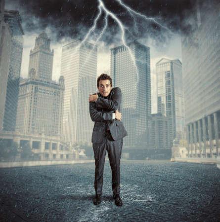 uomo sotto la pioggia: Concetto di fallimento a causa della crisi aziendale Archivio Fotografico