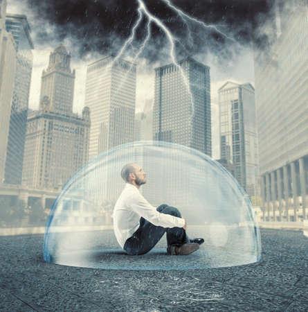 Geschäftsmann aus der Krise mit einer Kristallkugel geschützt