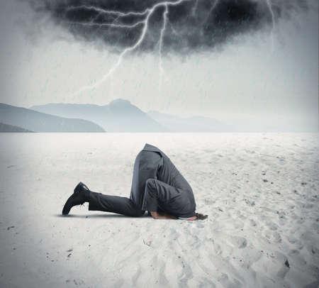 wolken: Konzept der Geschäftsmann versteckt wie ein Strauß