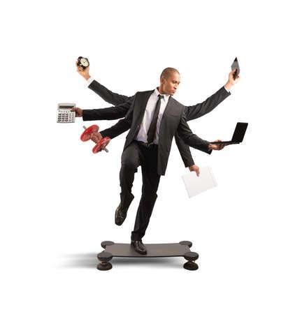 Multitasking-Konzept mit Geschäftsmann bei der Arbeit macht Gymnastik