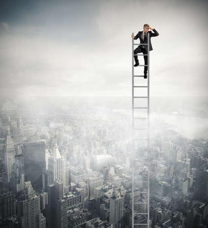 lejos: El hombre de negocios que mira lejos en una escalera