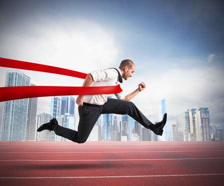 Succesvolle zakenman op de finish van een track