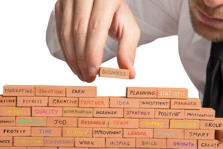 aziende: Uomo d'affari che costruisce una nuova attivit� con il mattone
