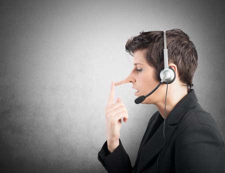 porgere: Concetto di Assistenza Clienti bugiardo con il naso lungo