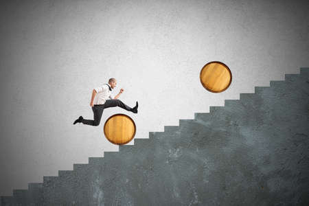 Concept van moeilijkheid met zakenman die hindernissen springt