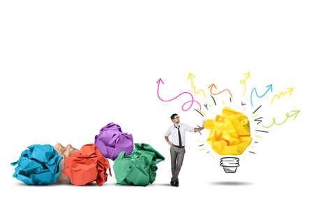 pensamiento creativo: El hombre de negocios pensando en una nueva idea creativa