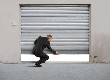 Concepto de hombre de negocios que se abren el rastrillo para nuevo proyecto Foto de archivo