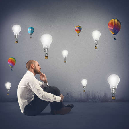 Concept van de creativiteit van een zakenman met vliegende idee Stockfoto