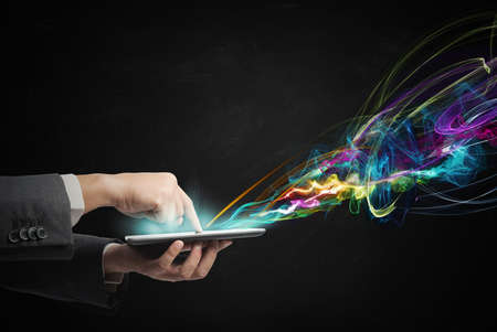 wifi internet: De negocios que trabaja con creatividad tableta de pantalla t�ctil Foto de archivo