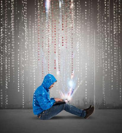 especialistas: Concepto de hackering con un muchacho con el ordenador port�til y el c�digo binario Foto de archivo