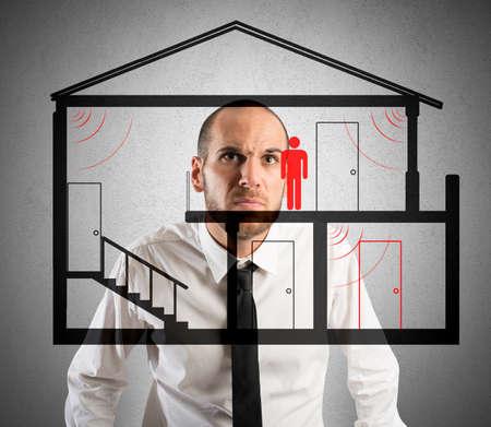 ladron: El hombre de negocios controla el ladrón en la casa Foto de archivo