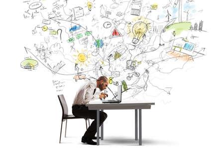 ノート パソコンで新しいアイデアに取り組んでの実業家