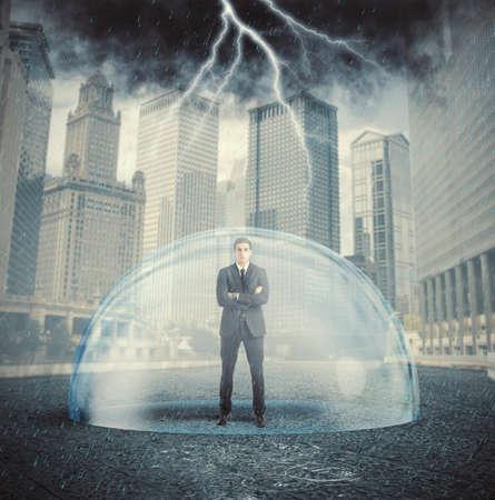 ビジネスマンのクリスタル ・ ボールと危機から保護