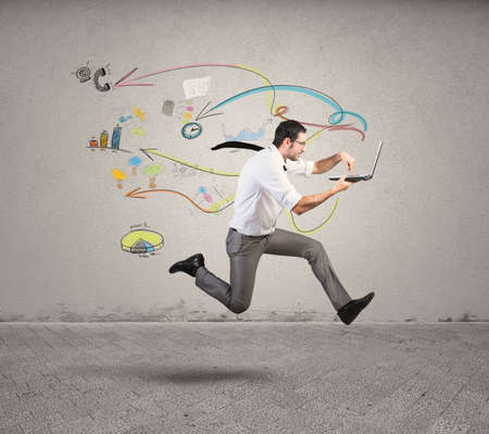 競技会: ビジネスマンを実行している高速のビジネスの概念