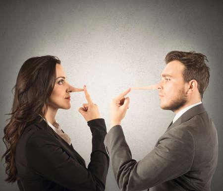 Concetto di menzogna con la coppia con il naso lungo Archivio Fotografico