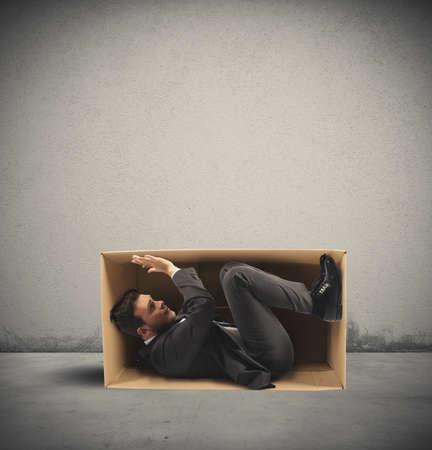 ejecutivos: Concepto de trabajo estrecha con un hombre de negocios en el interior de una caja de cartón