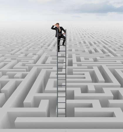 Homme d'affaires à la recherche de la solution du labyrinthe Banque d'images