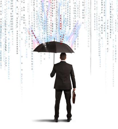 uomo sotto la pioggia: Antivirus e firewall concetto imprenditore protetto con ombrello