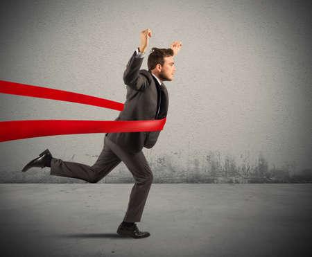 lideres: Concepto de hombre de negocios exitoso en una l�nea de acabado Foto de archivo