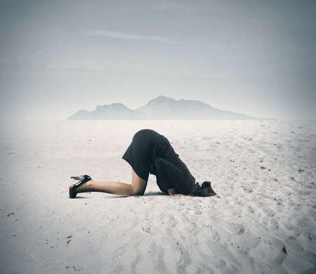 Concept van angst met zakenvrouw als een struisvogel Stockfoto