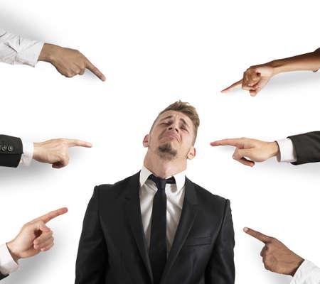 Concept van beschuldigd zakenman met vingers wijzen Stockfoto