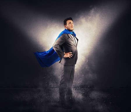 Concepto de hombre de negocios exitoso como un super héroe