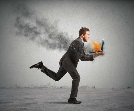 gerente: Concepto de estrés con la ejecución de hombre de negocios con un ordenador portátil ardiente Foto de archivo
