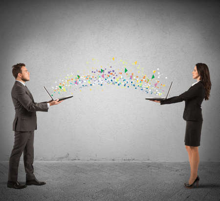 interacci�n: Concepto de compartir internet con conncetion de la computadora port�til