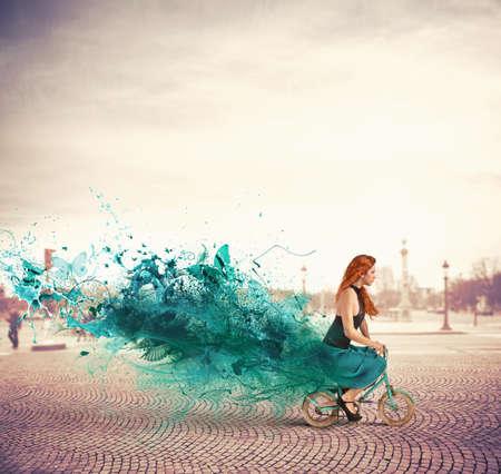 kavram: Bisikletle kızla yaratıcı moda kavramı Stok Fotoğraf