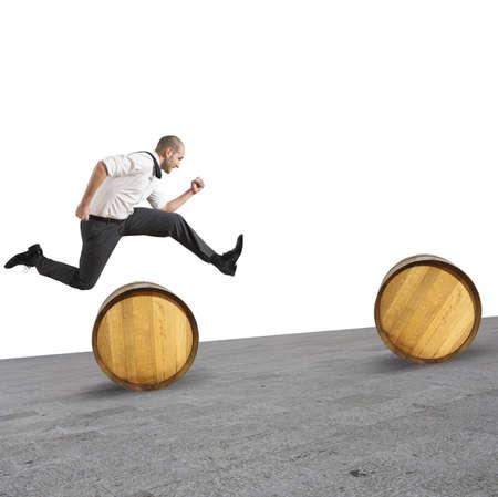 障害物をジャンプする実業家の難しさの概念
