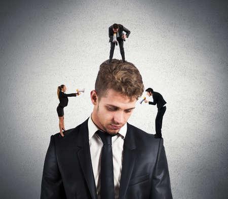 obey: Concepto de hombre estresado debido a los colegas