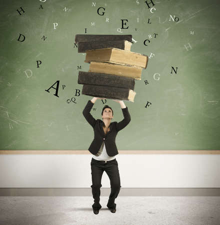 Concept van stress in de studie met een student onderdrukt door boeken