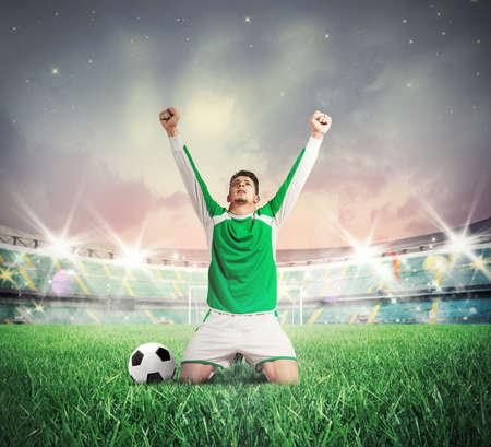 Concepto de la victoria con el jugador de fútbol que anima Foto de archivo