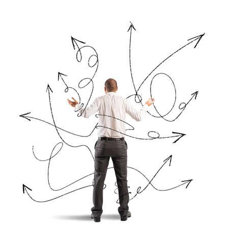 Concept de choix confus d'un homme d'affaires avec des flèches
