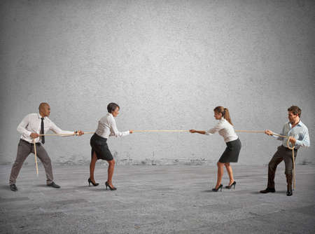 conflicto: El equipo y la competencia de negocios que juegan un tira y afloja