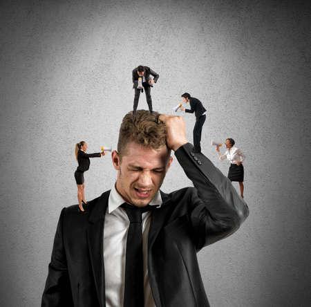 Begrip stress op het werk met kleine mensen schreeuwen met megafoon Stockfoto