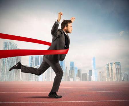exito: Concepto de hombre de negocios exitoso en una l�nea de acabado Foto de archivo