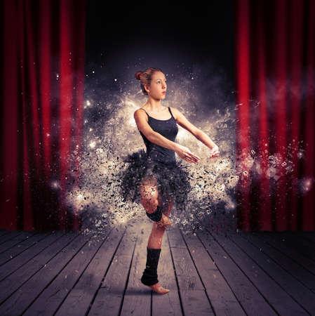 gimnasia: Bailarina activa con efecto de movimiento durante el ejercicio