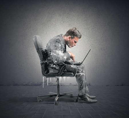 frio: Concepto de la adicción a Internet con el empresario congelada