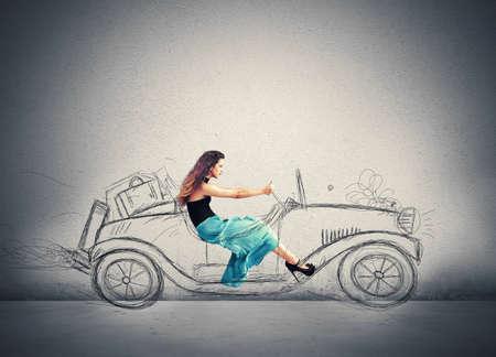자동차의 스케치를 구동 패션 소녀