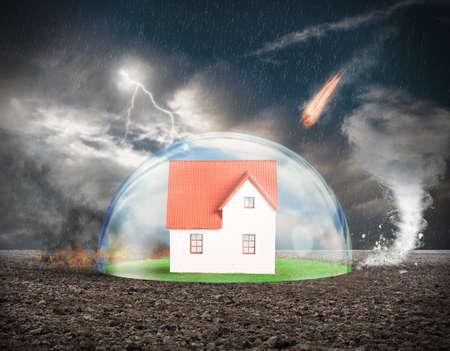 catastrophe: Concept de l'assurance de protection de la maison avec la sph�re de cristal