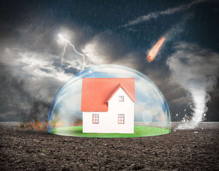 caja fuerte: Concepto de seguro de protección del hogar con la esfera de cristal Foto de archivo