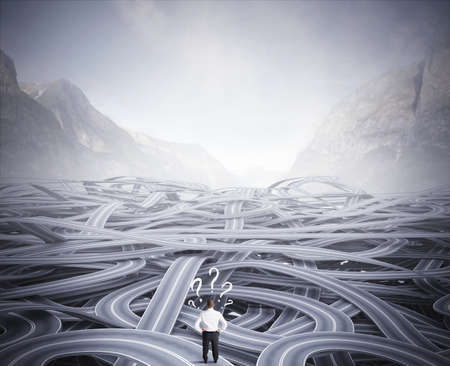 Concept van een zakenman in de voorkant van een verwarring van de weg Stockfoto