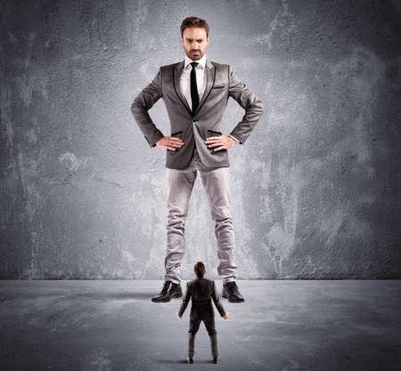 Konzept der Machtmissbrauch durch den Chef in einem Büro