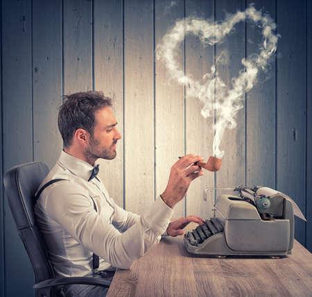 persona escribiendo: Un hombre que escribe una carta de amor para el día de San Valentín