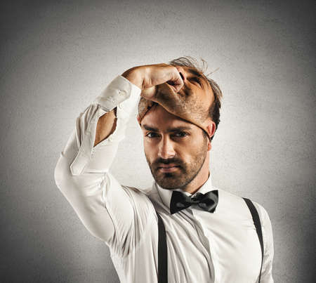 personalidad: Concepto de tiempo de cambiar con el empresario y la máscara