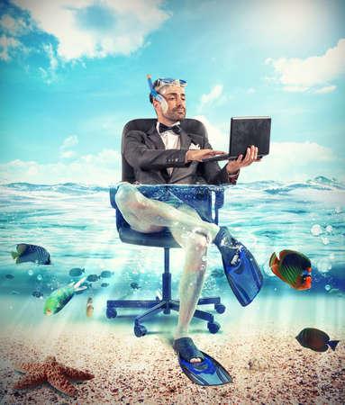 Het is tijd om vakantie met onderwater zakenman