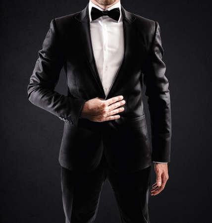 chaqueta: Elegante hombre de negocios atractivo con la pajarita y camisa blanca