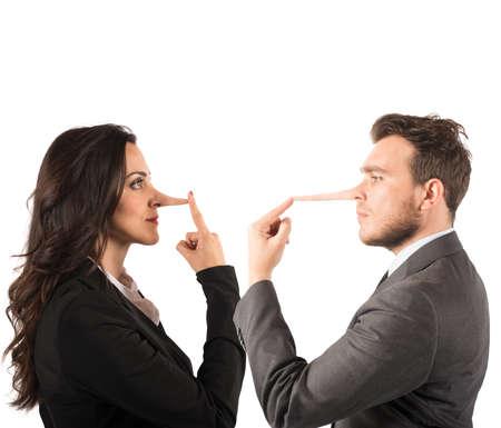 porgere: Concetto di menzogna con la coppia con il naso lungo Archivio Fotografico