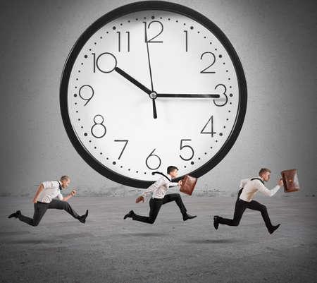 obreros trabajando: Concepto de tiempo y el retraso con el funcionamiento de negocios